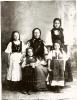 Mutter (Maria Hotz) und Töchter in Tracht, um 1920